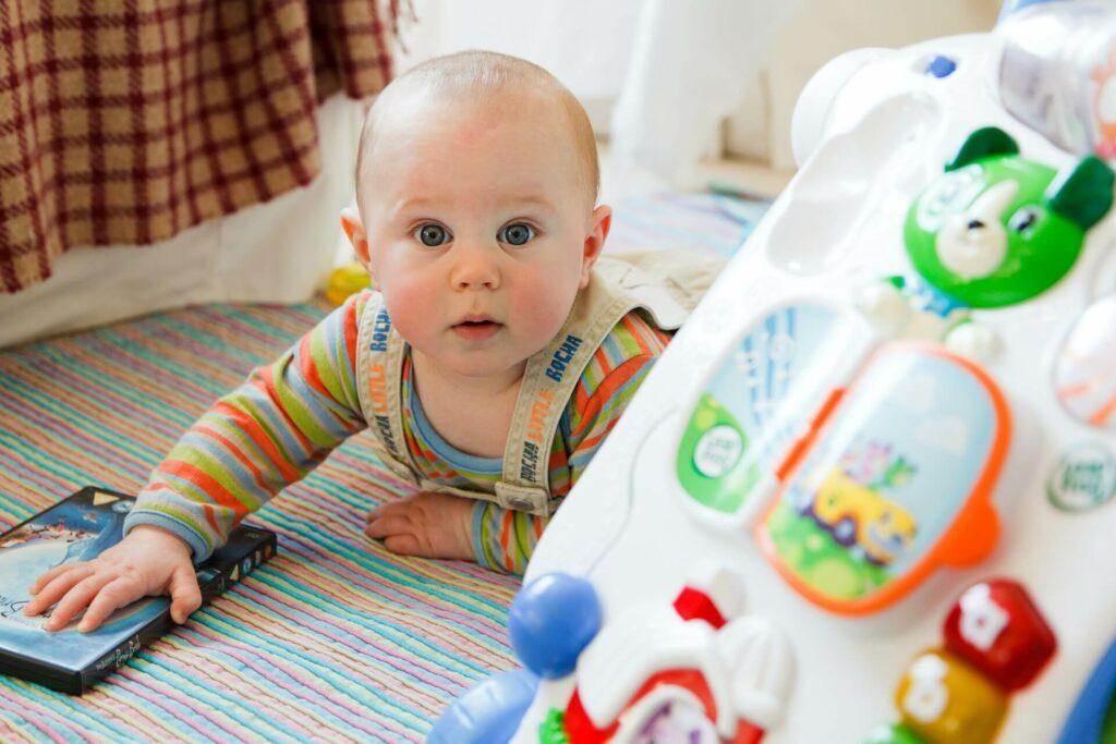 signes, réactions, pleurs du bébé et de l'enfant arrivée en crèche et assistante maternelle